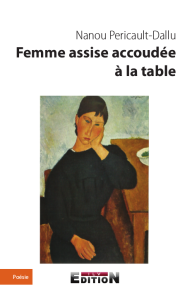 Femme assise accoudée à la table